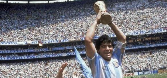 Maradona levanta la Copa del Mundo en México ´86