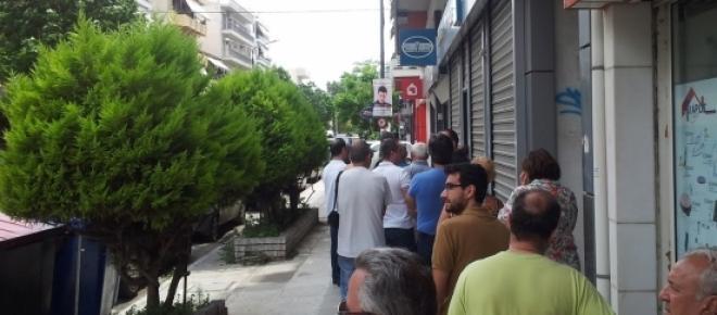 Il popolo elleno in fila sui marciapiedi delle città per ritirare di corsa i propri soldi, in vista del blocco delle banche.