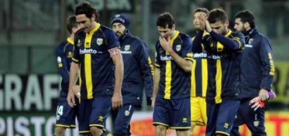 Los jugadores del Parma retirandose del estadio