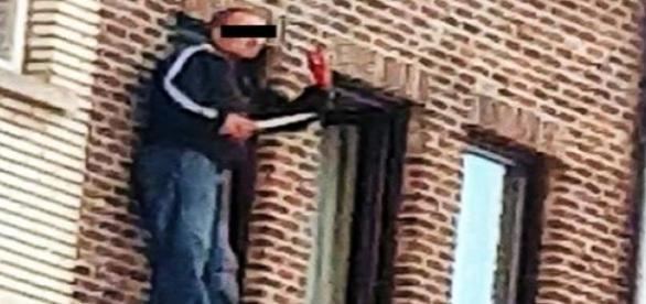 Tanara injunghiata si aruncata de la balcon