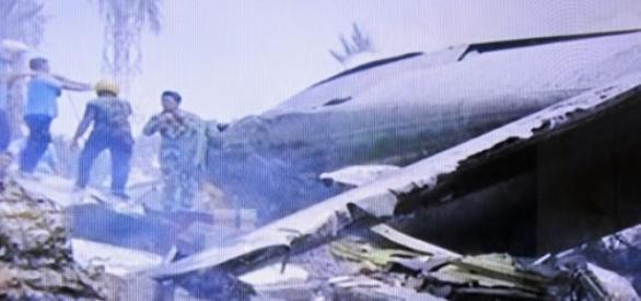 Avião cai sobre casas em Sumatra