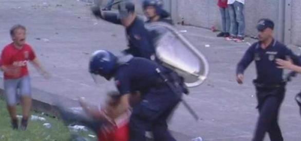 Polícia terá agredido adepto em frente aos filhos
