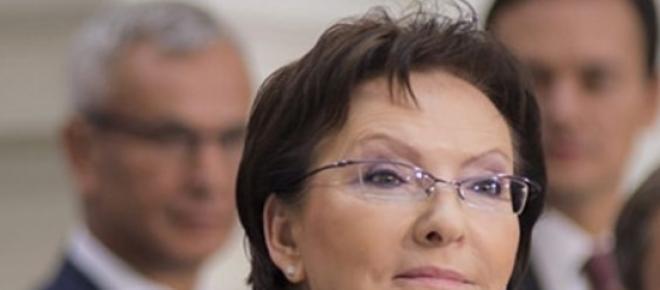 Premier Ewa Kopacz przedstawia kandydatów na nowych ministrów swojego rządu. Jest zadowolona i pewna siebie, ubrana w nieśmiertelny niebieski żakiecik. Czy nowi ministrowi spełnią pokładane w nich nadzieje?