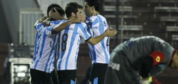 Brián Fernández festeja su primer gol