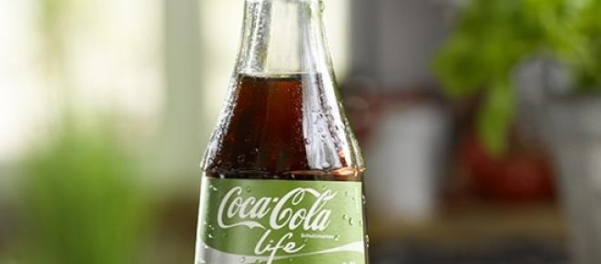 An der neuen Coca Cola Life scheiden sich die Geister: Die einen loben den Mut, endlich Stevia als Süßungsmittel einzusetzen, die anderen ärgern sich über den immer noch hohen Zuckeranteil.