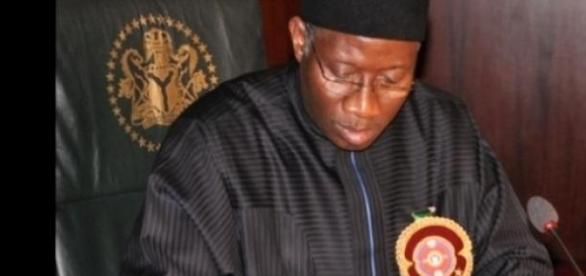 El presidente Goodluck firmando la nueva ley