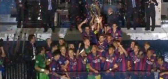 Barcelona levantando la copa recién ganada