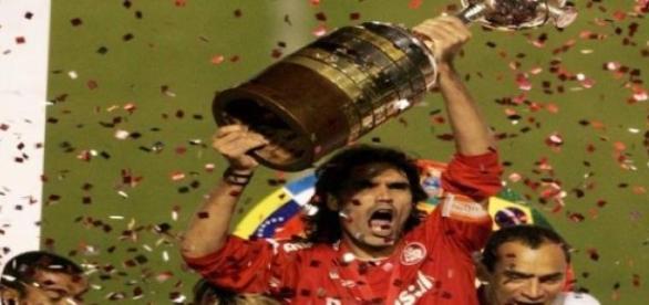 Fernandão ergue a taça da Libertadores de 2006