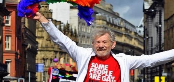 Ian McKellen em uma parada gay.