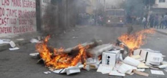 Des urnes électorales ont été brûlées dimanche.