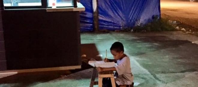 Daniel Cabrera a estudar na rua