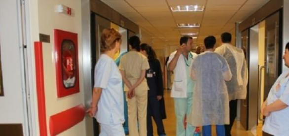 medici in spital pe coridor in halate