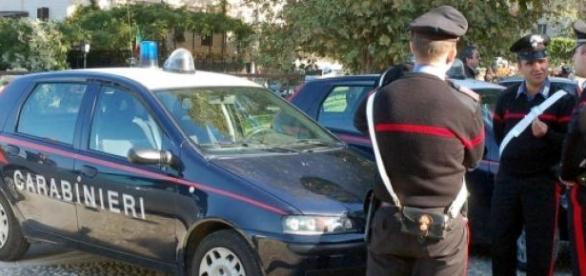 Carabinierii l-au încătuşat pe poliţist