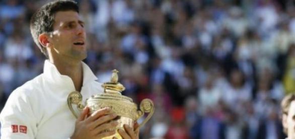 Federer observa de longe celebração de Djokovic