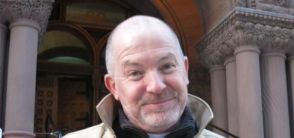 Greg Elliott tras presentarse en el juzgado