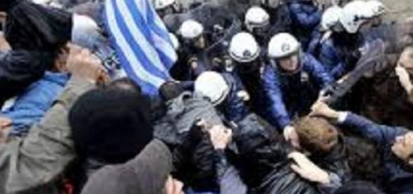 Manifestantes enfrentam a polícia durante votação