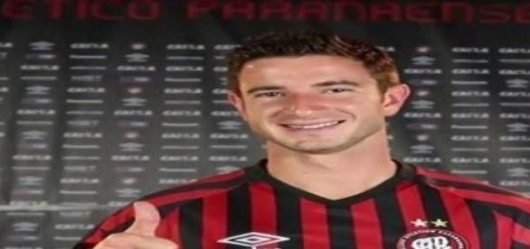 Pereirinha apresentado no Atlético Paranaense
