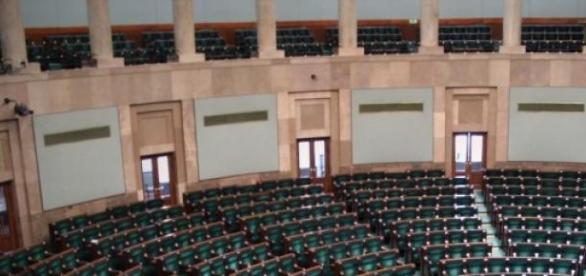 Fotele sejmowe czekają na nowych posłów