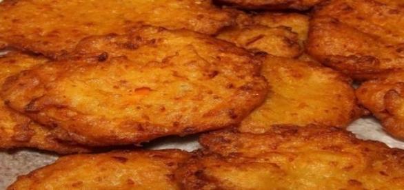 Frittelle di caprino con salsa di peperone.