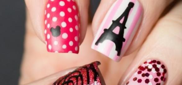 Nails art: deco parisina.