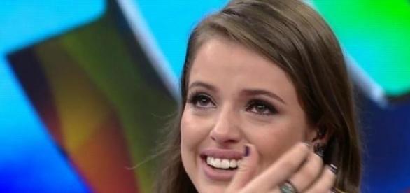 Agatha Moreira chora ao vivo