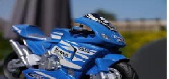 Un niño y una mini moto causan controversia