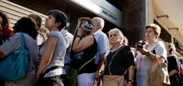 Fila de ahorrantes en los bancos de Atenas.