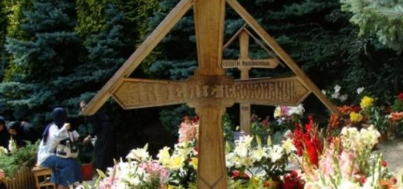 Oamenii se roagă la mormântul profetului