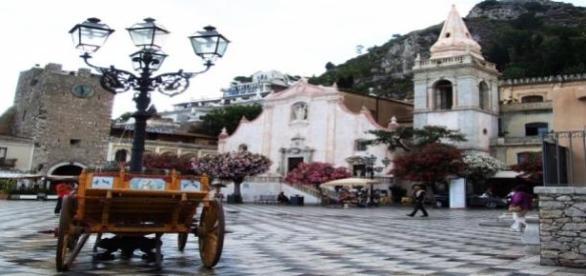 Carretto tipico siciliano sulla piazza di Taormina