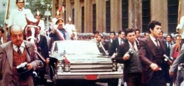 Augusto Pinochet en un coche