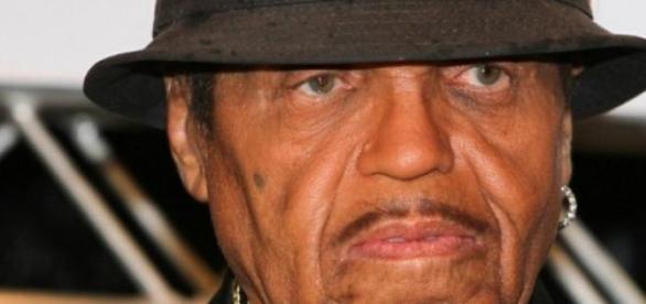 Pai de Michael Jackson sofre AVC