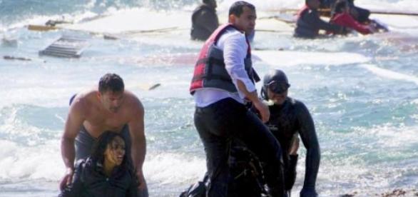 Inmigrantes que llegan a las costas italianas