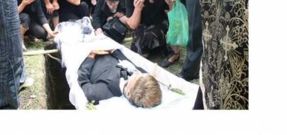 Tot mai mulţi copii se sinucid de dorul părinţilor