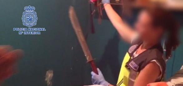 Una agente muestra una de las armas intervenidas