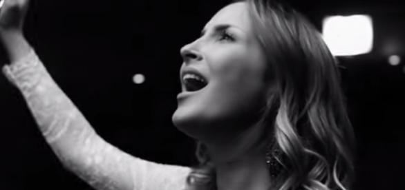 Claudia Leitte libera clipe de música em português