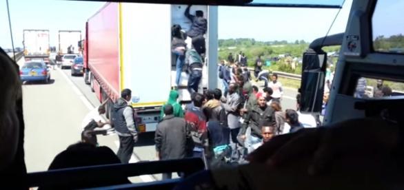 Imigranci w Calais szturmują ciężarówkę (YT)