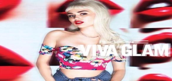 Miley Cyrus de cabelo longo em campanha de batom