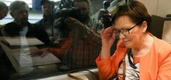Ewa Kopacz w pociągu. Samolot również w drodze.