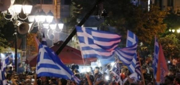 Vince il No, Atene in festa.