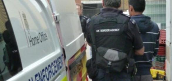 Homem de 25 anos foi detido em Leicester.