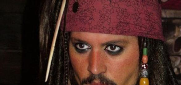 Johnny Depp spielt Pirat Jack Sparrow.