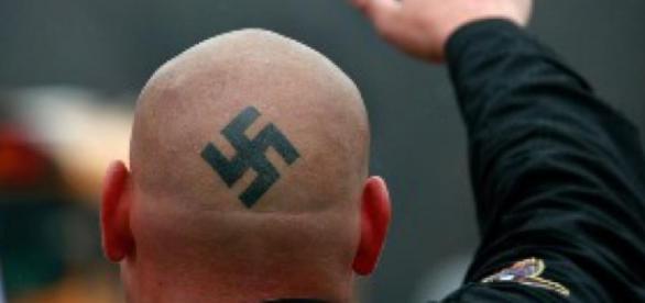 Símbolo nazi en la cabeza de un neonazi