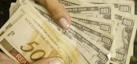 Desvalorização do real frente ao dólar americano.