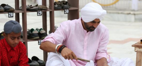 Akshay Kumar doing seva at Gurudwara