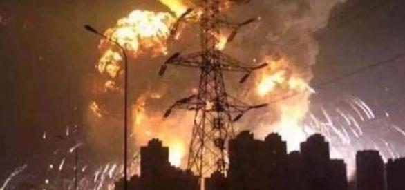 Uma fotografia da bola de fogo gerada na explosão.