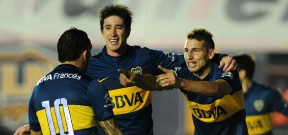 Calleri, Pérez y Tévez festejando el gol