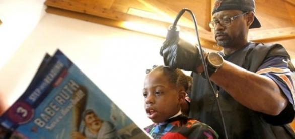 Criança leitora ganha corte de cabelo grátis