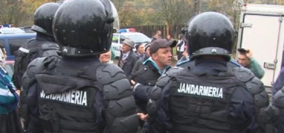Jandarmii au luat cu asalt mănăstirea