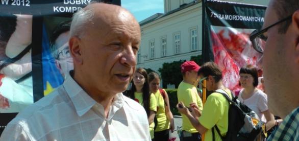 Profesor Chazan pod pałacem prezydenckim.