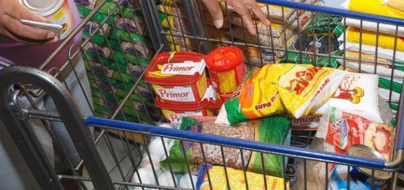 Brasileiro tem dificuldade de fechar cesta básica
